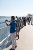 Les gens sur une plate-forme de bateau de croisière Photographie stock libre de droits