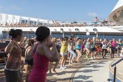 Les gens sur une plate-forme de bateau de croisière Photo libre de droits
