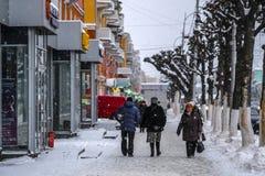 les gens sur une rue à un centre de Riazan images libres de droits