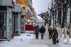 les gens sur une rue à un centre de Riazan photos libres de droits