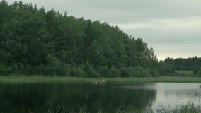 Les gens sur une voile de kayak le long clips vidéos
