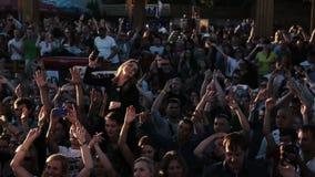 Les gens synchroniquement dansent et battent Mouvement lent banque de vidéos