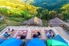 Les gens tandis que dînez au cottage dans la montagne (Doi Luang photos libres de droits