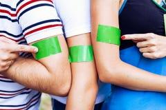 Les gens team le pointin aux autocollants collés sur leurs épaules Photographie stock libre de droits