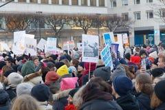 Les gens tenant des affiches en mars des femmes, une protestation mondiale Photos libres de droits