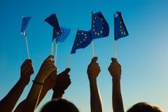 Les gens tenant des drapeaux de l'Union européenne Photos libres de droits