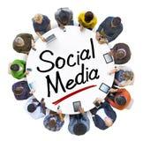 Les gens tenant des mains autour du media de Social de lettre Photos stock