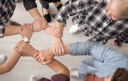 Les gens tenant des mains ensemble, vue supérieure Photos stock