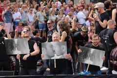 Les gens tenant des signes à l'appui du défilé de canal de fierté gaie d'égalité entre les sexes Images stock