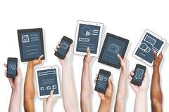 Les gens tenant des technologies et des concepts de données Photographie stock libre de droits