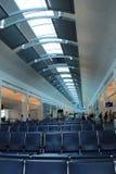 Les gens tenant la porte proche, embarquement de attente, aéroport de Jacksonville, la Floride, 2015 Images stock