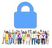 Les gens tenant la sécurité de Word avec le symbole ci-dessus Photographie stock