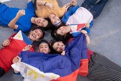 Les gens tenant le drapeau de Philippines c?l?brant le Jour de la D?claration d'Ind?pendance photos stock