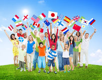 Les gens tenant les drapeaux nationaux du monde Images stock