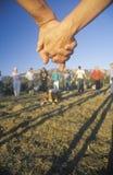 Les gens tenant les mains, cérémonie de coucher du soleil pour la terre, Big Sur, la Californie Photo stock