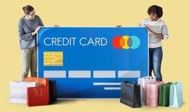 Les gens tenant une carte de crédit Image libre de droits