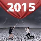 Les gens tirant le numéro 2015 dehors Image stock