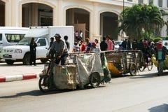 Les gens tirent des chariots sur la route en Thaïlande. Photo stock