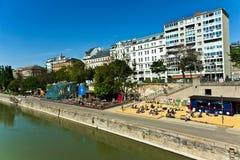 Les gens transmettent par relais à la plage du canal de Danuvia à Vienne Photographie stock libre de droits