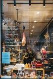 Les gens travaillant à l'intérieur de l'épicerie de pépinières de Petersham dans Covent Garden, Londres, R-U image libre de droits