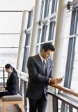 Les gens travaillant à la messagerie textuelle d'ordinateur portatif et Images stock