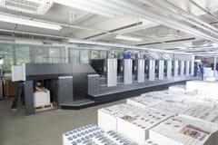 Les gens travaillant à une machine d'impression offset Photos stock