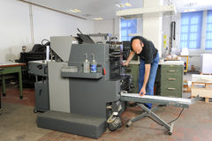 Les gens travaillant à une machine d'impression offset Image libre de droits