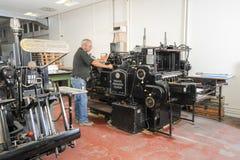Les gens travaillant à une machine d'impression offset Photographie stock libre de droits