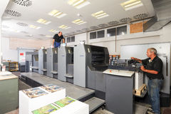 Les gens travaillant à une machine d'impression offset Photos libres de droits