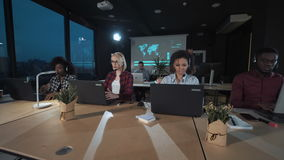 Les gens travaillant au centre d'appels la nuit clips vidéos
