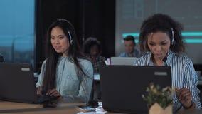 Les gens travaillant au centre d'appels la nuit banque de vidéos