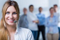 Les gens travaillant au centre d'attention téléphonique Photo libre de droits