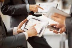Les gens travaillant avec la tablette images libres de droits