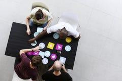 Les gens travaillant choisissant le signe de papier de réseau de connexion internet Images stock