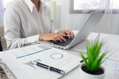 Les gens travaillant dans les finances, comptabilité, conseil en affaires, conseil de enseignement, comptes courants photos stock