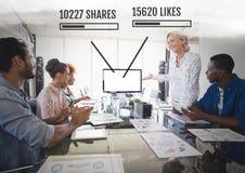 Les gens travaillant dans le bureau avec les interfaces sociales de media des actions et des goûts lors de la réunion Photos stock