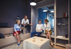 Les gens travaillant dans le bureau moderne photos stock