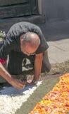 Les gens travaillant dans le tapis des fleurs Photos stock