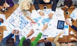 Les gens travaillant et les concepts d'affaires globales photos stock