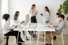Les gens travaillant faisant différentes choses dans le bureau coworking Images libres de droits