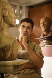 Les gens travaillant la sculpture en bois en art heureux d'artiste dans l'atelier Photos libres de droits