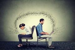 Les gens travaillant sur des ordinateurs portables échangeant l'information Images libres de droits
