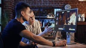 Les gens travaillent sur la vidéo éditent du documentaire image libre de droits