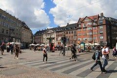Les gens traversant la route, Copenhague Image stock