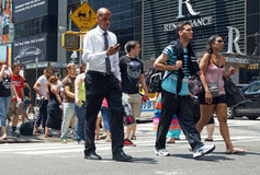 Les gens traversent la rue à New York City Image stock