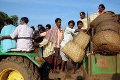 Les gens tribals d'Orissa au marché hebdomadaire. photos stock