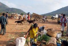 Les gens tribals d'Orissa au marché hebdomadaire Images libres de droits