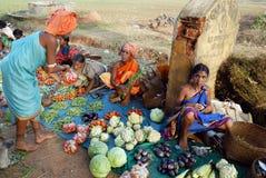 Les gens tribals d'Orissa au marché hebdomadaire Photographie stock