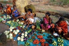 Les gens tribals d'Orissa au marché hebdomadaire Photos stock