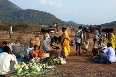 Les gens tribals d'Orissa au marché hebdomadaire Photographie stock libre de droits